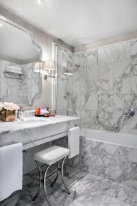A bathroom at Castille Paris – Starhotels Collezione