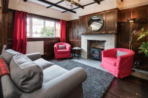 The lounge or bar area at Glenbruar House