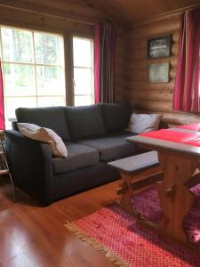 A seating area at Hallan Akka Apartments