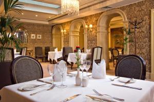 En restaurang eller annat matställe på Buswells Hotel