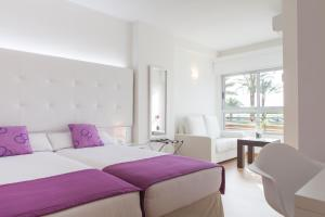 A bed or beds in a room at Hotel Albahia Alicante