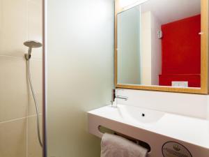 A bathroom at B&B Hôtel Montpellier Centre Le Millénaire