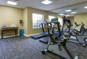 The fitness center and/or fitness facilities at staySky Suites I-Drive Orlando Near Universal