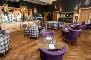 The lounge or bar area at DoubleTree by Hilton Dunblane Hydro Hotel