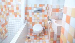 A bathroom at Hotel Bleibtreu Berlin by Golden Tulip