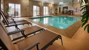 The swimming pool at or near Best Western Plus Shamrock Inn & Suites