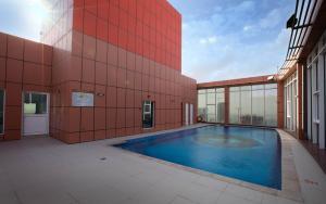 المسبح في Orange Suites Hotel أو بالجوار