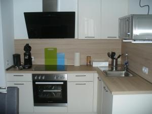A kitchen or kitchenette at Ferienwohnung Rheinaue