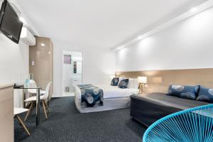 A bed or beds in a room at Bay City (Geelong) Motel