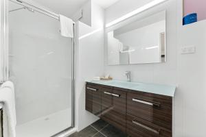 A bathroom at Bay City (Geelong) Motel