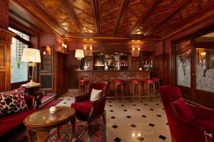 The lounge or bar area at Hôtel Regina Louvre