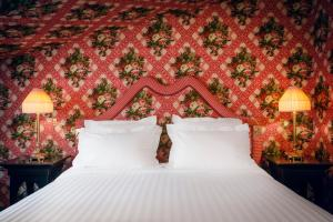 A bed or beds in a room at Maison Athénée
