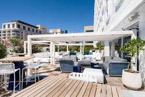 The lounge or bar area at Golden Tulip Marseille Euromed