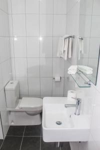 A bathroom at Crown Bendigo CBD Motel
