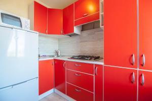 Кухня или мини-кухня в Oktjabrski Prospect 7