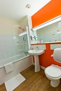 A bathroom at Citotel Hotel Du Circuit