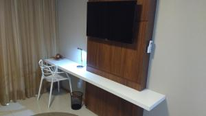 A television and/or entertainment centre at Flat em Brasília