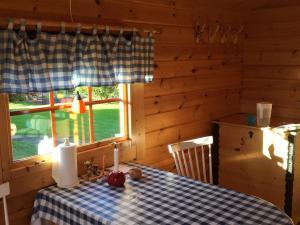 A restaurant or other place to eat at Stuga vid Hedenäsets stencafé