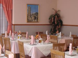 Un restaurante o sitio para comer en Hostal Carme Pascual