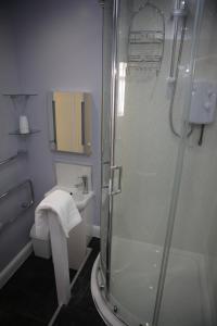 A bathroom at Sandpiper Inn B&B and Pub