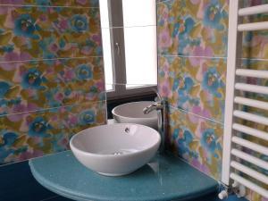 A bathroom at Blu Mare