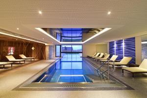 Der Swimmingpool an oder in der Nähe von Hotel Waldrast