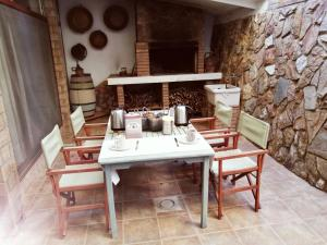 A restaurant or other place to eat at B&B Sa Costera