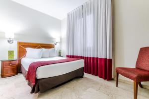 A bed or beds in a room at Exe Laietana Palace