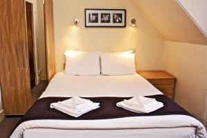 A bed or beds in a room at OYO Central Hotel Golders Green