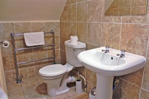 A bathroom at OYO Central Hotel Golders Green