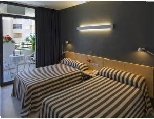 A bed or beds in a room at Hotel Nautico