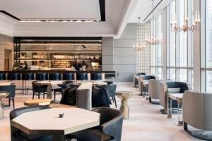 A restaurant or other place to eat at LondonHouse Chicago, Curio Collection by Hilton