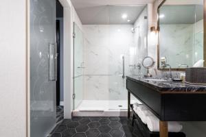 A bathroom at LondonHouse Chicago, Curio Collection by Hilton