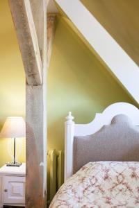 Łóżko lub łóżka w pokoju w obiekcie Zabytkowy Spichlerz w Olsztynie koło Częstochowy