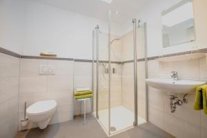 A bathroom at Flugplatzrestaurant Wallmühle