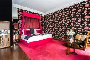 A bed or beds in a room at Hôtel & Spa Le Doge - Relais et Châteaux