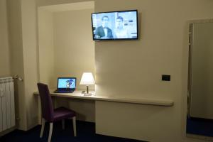 A television and/or entertainment center at Hotel Torino Porta Susa
