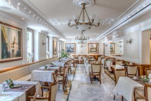 A restaurant or other place to eat at Tmark Hotel Vaticano