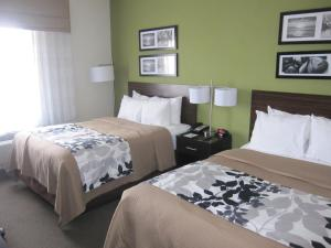 A bed or beds in a room at Cresthaven Inn JFK