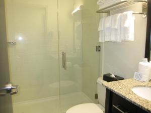 A bathroom at Cresthaven Inn JFK
