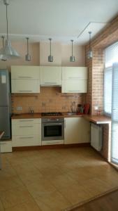 Кухня или мини-кухня в Apartment on Lenina 44