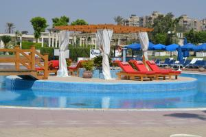 Πισίνα στο ή κοντά στο Pyramids Park Resort Cairo