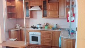 Кухня или мини-кухня в Апартаменты студия на Фрунзе