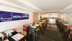 A restaurant or other place to eat at Hotel Express Arrey
