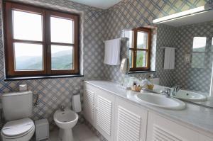 A bathroom at INATEL Piodao