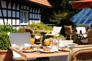 Ein Restaurant oder anderes Speiselokal in der Unterkunft VILA VITA Burghotel Dinklage