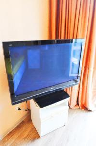 Телевизор и/или развлекательный центр в Apartments at Sheronova 2