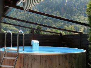 Bazén v ubytování Chalet Sabrina nebo v jeho okolí