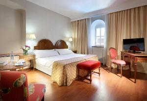 A bed or beds in a room at Monasterio de San Miguel