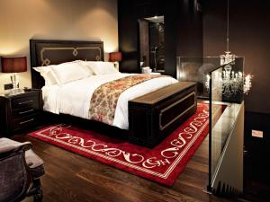 A bed or beds in a room at Hotel Castillo de Gorraiz Golf & Spa